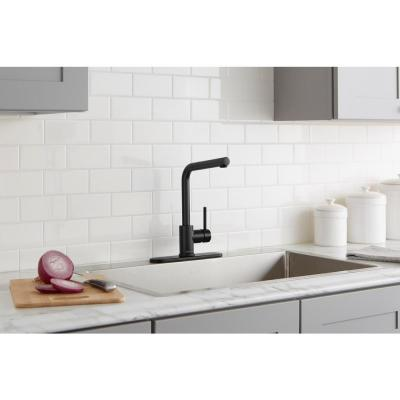 Menlo Single-Handle Pull-Out Sprayer Kitchen Faucet in Matte Black